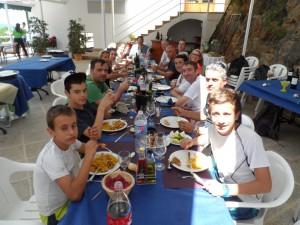 Un gran dinar a la Calobra per celebrar el feliç desenllaç de l'aventura.
