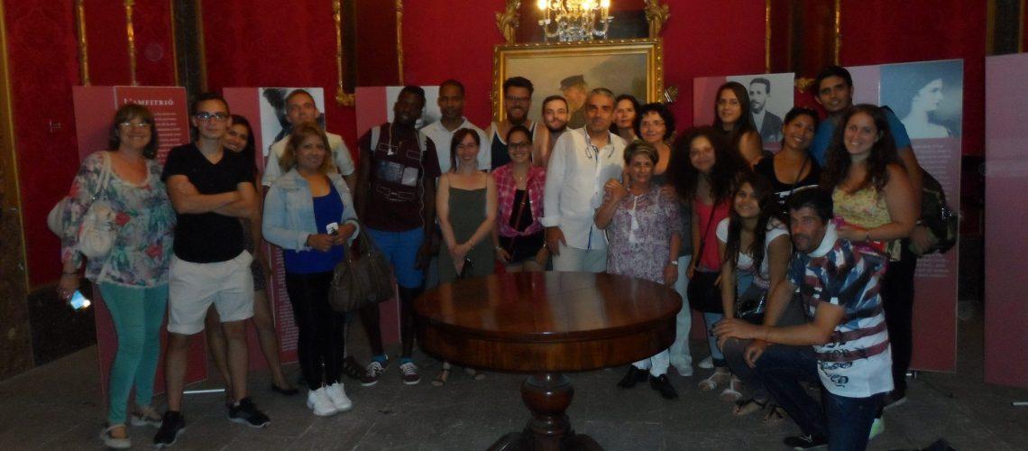 Amb el grup a una de les sales de l'exposició que es pot veure en el Casal Solleric.